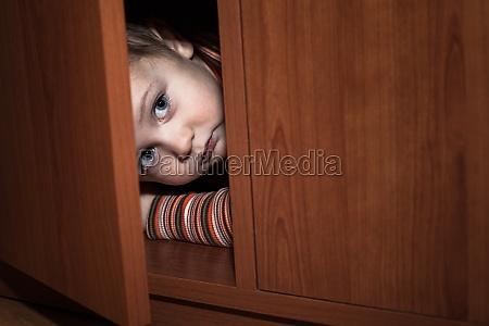esconderijo assustado da crianca