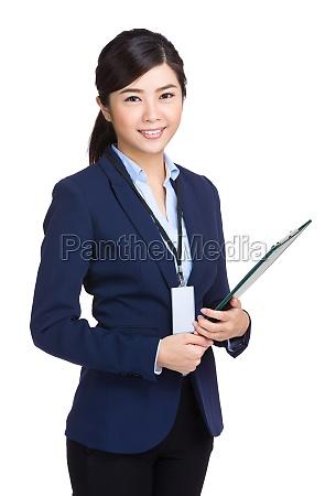 mulher escritorio risadinha sorrisos mao tabela