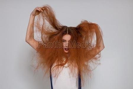 mulher bonita atrativa nova com cabelo