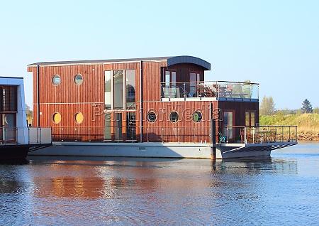 casa flutuante de madeira com dois