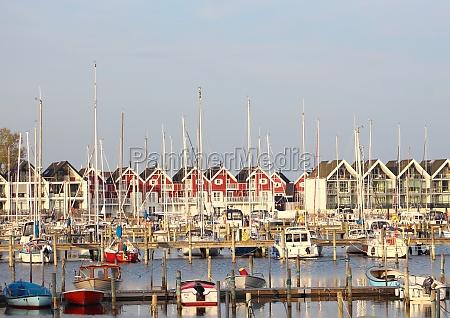 vista do pequeno porto de iates