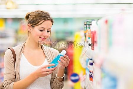 mulher supermercado cosmeticos cosmetico eleicao escolha