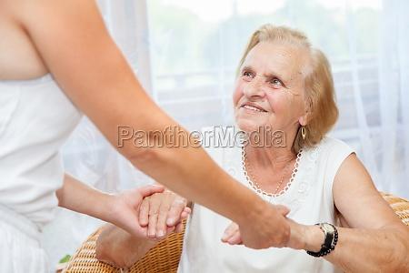 idoso ajuda velho familia cuidador pessoa