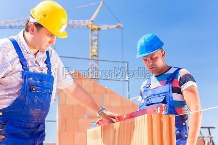 dois trabalhadores construcao ligado um local
