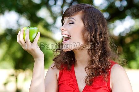 eating green apple