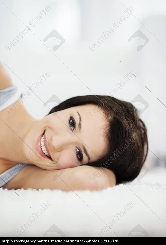 mulher, atraente, e, sorridente, deitada, no - 12113828