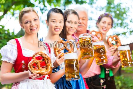 no jardim da cerveja os amigos