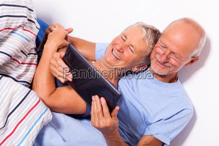 casal senior com o homem e