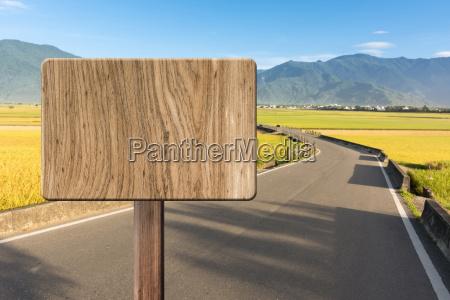 sinal de madeira em branco