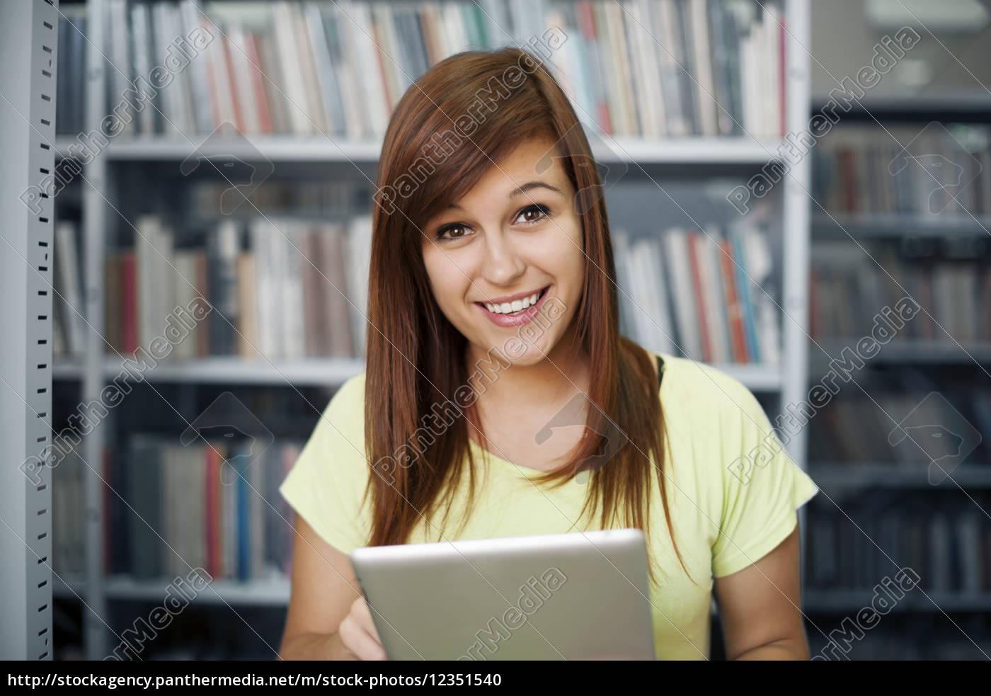 aluno, feliz, usando, tablet, digital, na - 12351540