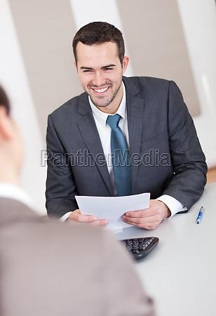 jovem empresario na entrevista