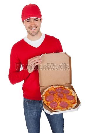 retrato do entregador de pizza com