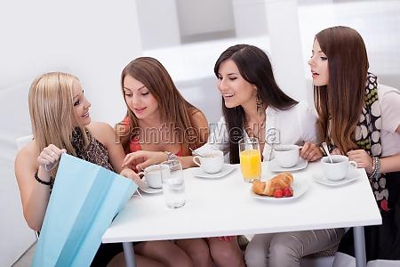mulheres amigos que olham compras