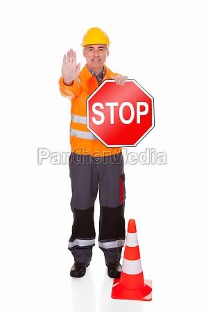 o homem mostrando sinal de parada