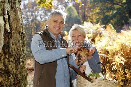 casal de idosos na realizacao florestais