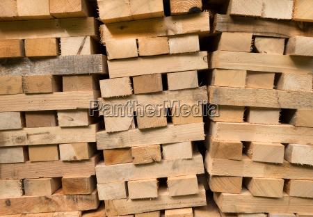vigas de madeira empilhadas