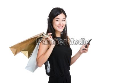 mulher nova asiatica armazenar telefone celular