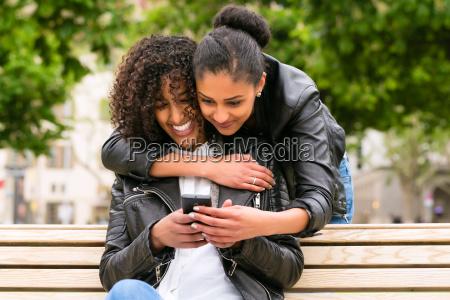 mulher mulheres telefone movel cidade namoradas