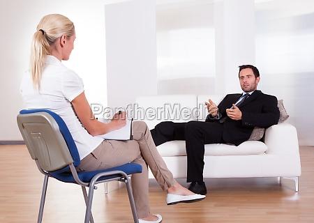 homem que fala a seu psiquiatra