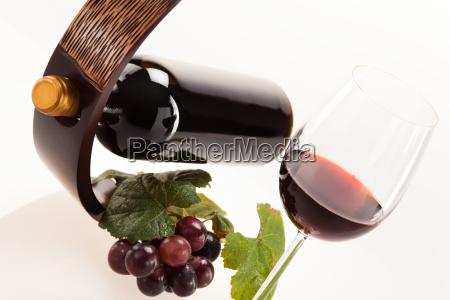 vinho vermelho no vidro com frutas