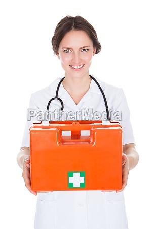 doutora que segurava caixa de primeiros