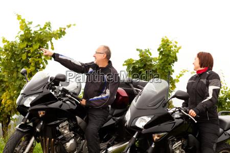 dois motociclistas falam sobre a paisagem