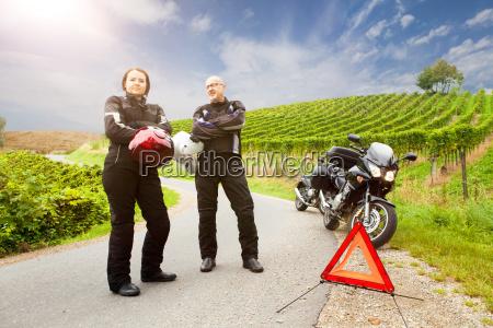 dois motociclistas com o carrinho da
