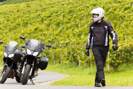 motociclista com capacete vai para a