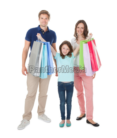 retrato de familia feliz com sacolas