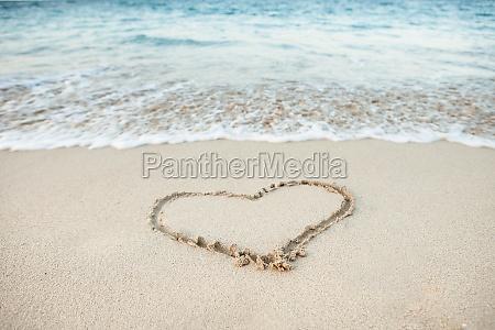 forma do coracao desenhada na areia