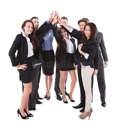 empresarios fazendo gestos altos de cinco