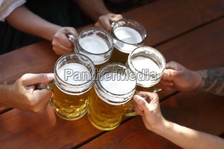 povos que bebem a cerveja em