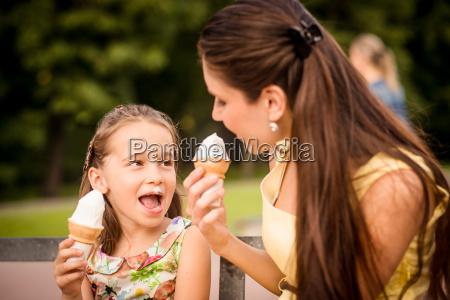 mae e crianca desfrutando sorvete