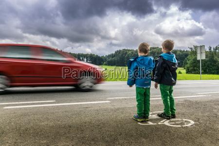 perigo para as criancas na estrada