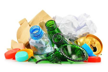 lixo reciclavel consistindo de metal plastico