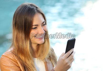 mulher ocasional que usa um telefone