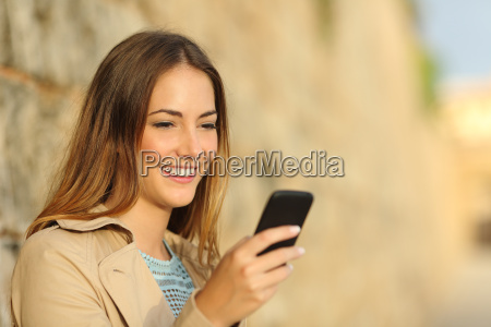 mulher feliz usando um telefone inteligente