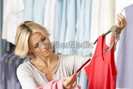 mulher madura shopping em loja roupa