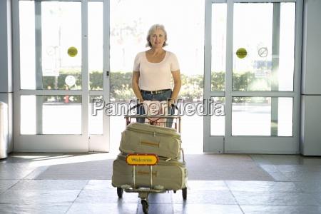 mulher senior entrar aeroporto atraves automatico