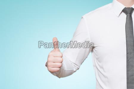 homem com os polegares da camisa