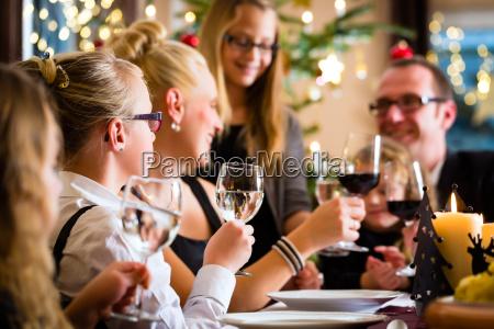 familia que comemora o natal enquanto