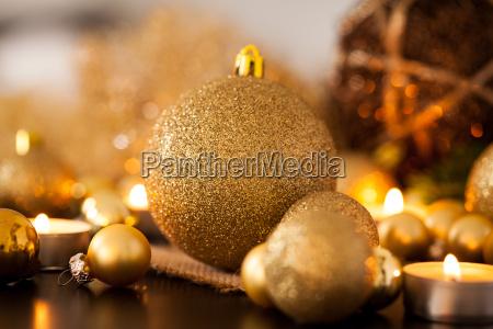 decoracao de natal dourada e laranja
