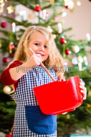 a menina coze em biscoitos da