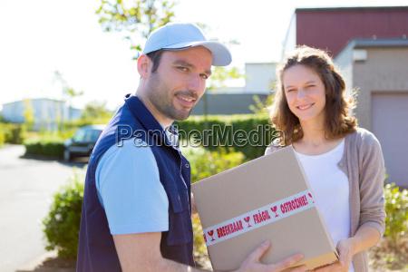 entregador entregando uma encomenda ao cliente
