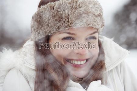 uma jovem mulher com uma cabeca