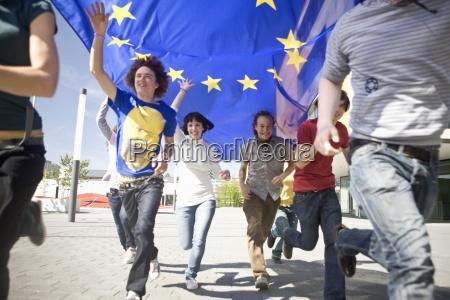 grupo de jovens correndo com uma