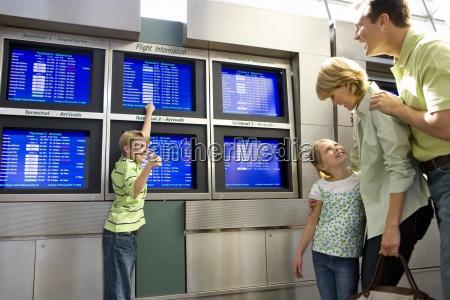 familie die in flughafen abflughalle aufgeregte
