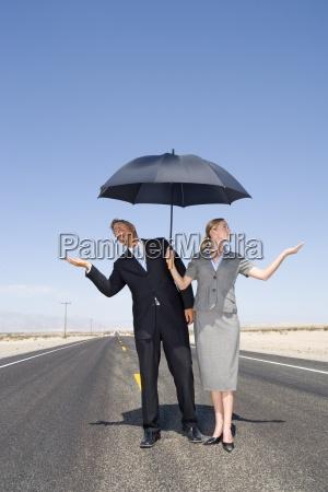 empresario e mulher em estrada aberta