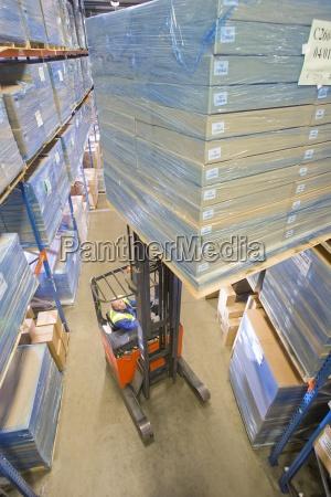 trabalhador do armazem caixas de empilhadeira
