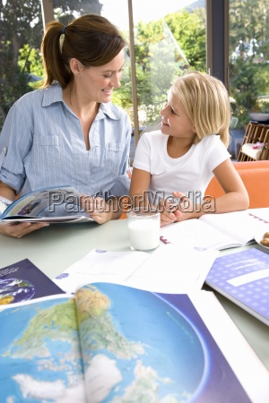 mae ajudando filha 6 8 geografia